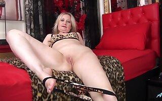 Amateur matured wed Emma Turner enjoys pleasuring her cravings